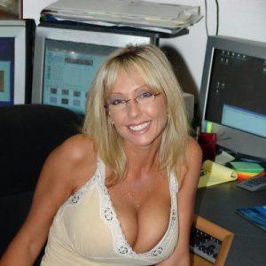 institutrice mature blonde forte poitrine